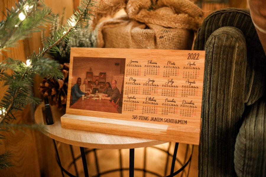 Koka galda kalendārs ar foto